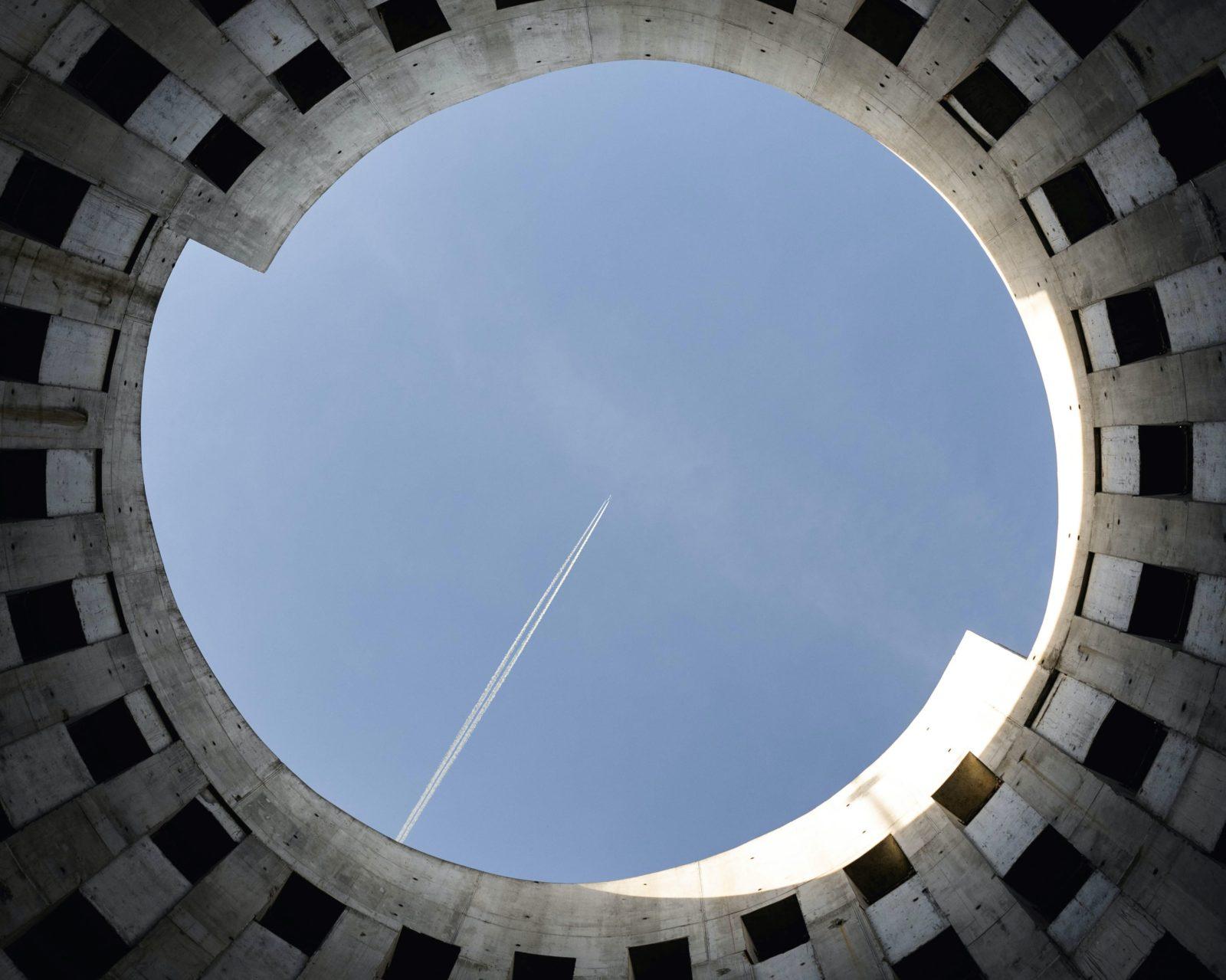 Vista Dal Basso Di Un Cerchio Con Un Aereo Nel Messo A Simboleggiare Come Il PNRR Abbia Centrato Il Punto Con Rifiuti Ed Economia Circolare