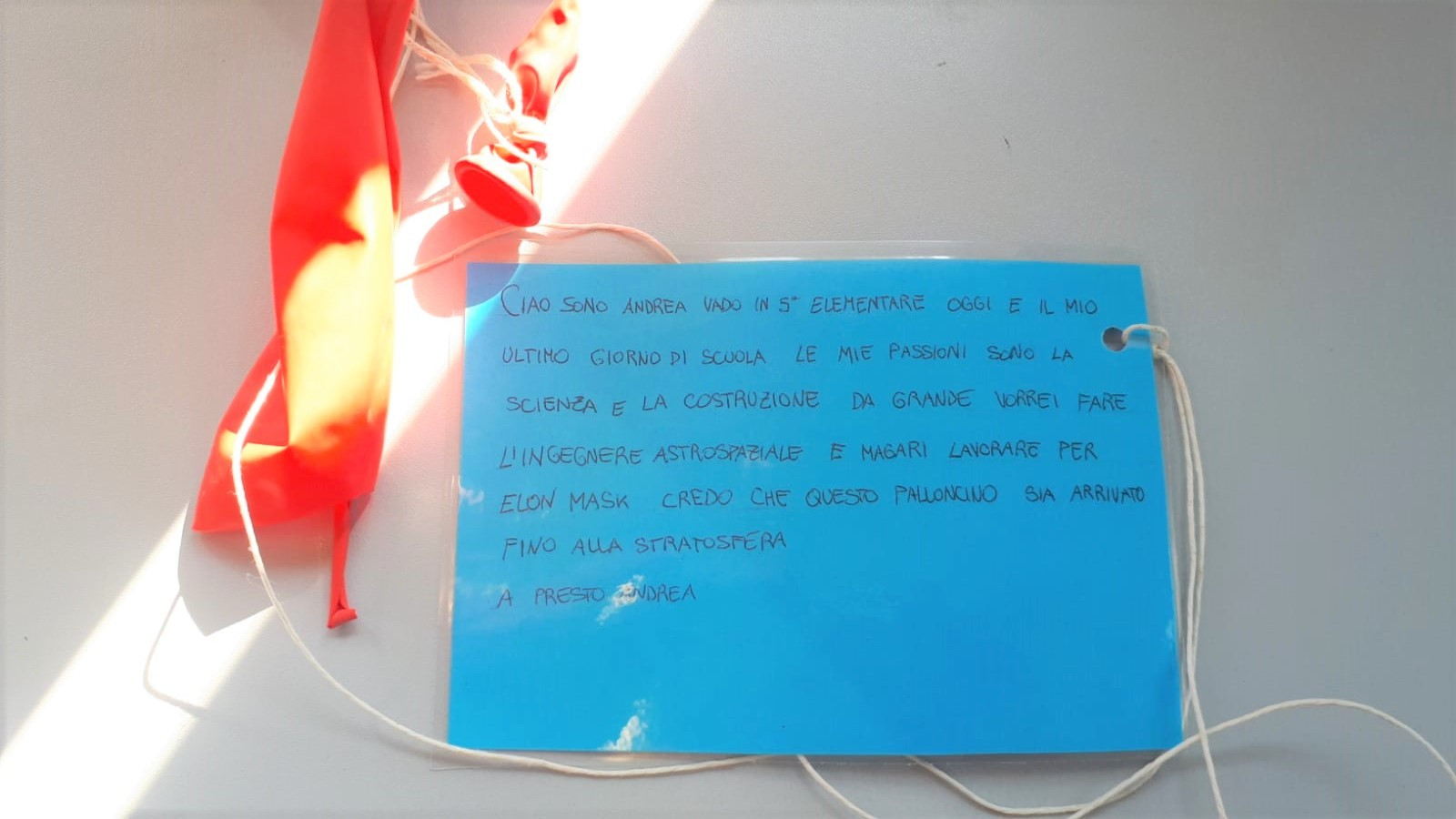 Biglietto Con Messaggio Attaccato Ad Un Palloncino Rosso